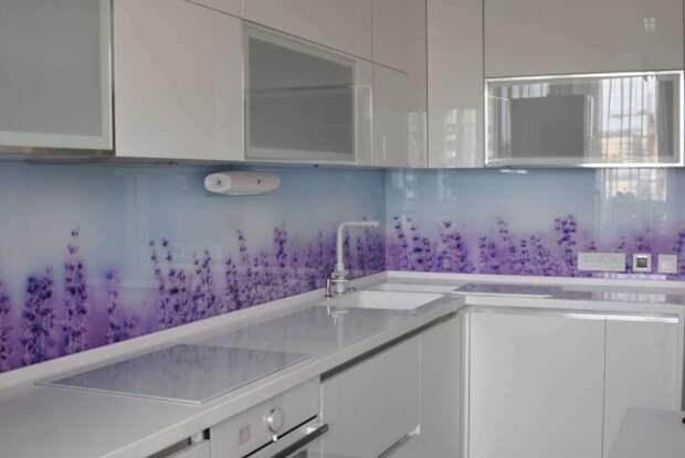 Скинали - это декоративные стеклянные панели с фотопечатью, которые украсят кухонный фартук / Фото: domskinali.com.ua