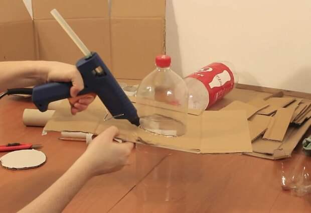 Отрезать у бутылки дно, приклеить к ней кусок картона, как показано инструкция, светильник, светильник своими руками, своими руками, сделай сам, хенд-мейд, хендмейд, хендмейд-мастер