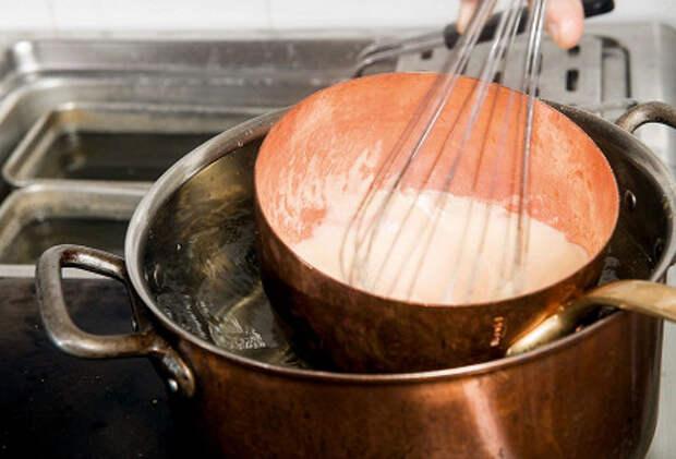 Фото приготовления рецепта: Сабайон с клубникой - шаг 4