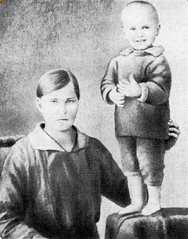 Василий Шукшин с мамой Марией Сергеевной, 1932 год.