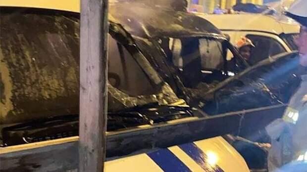 Два полицейских автомобиля загорелись ночью возле отдела МВД в Ростове