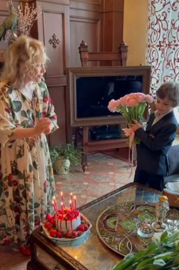 """Лиза и Гарри Галкины подарили стихи и рисунки любимой """"мамусе"""", которой исполнилось 72 года"""