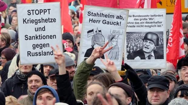 В Берлине 4000 граждан протестовали против эскалации отношений с Россией