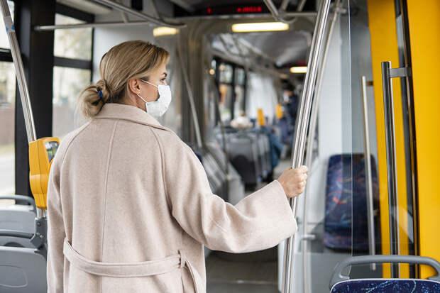 Врач раскрыл способы уберечься от коронавируса в транспорте