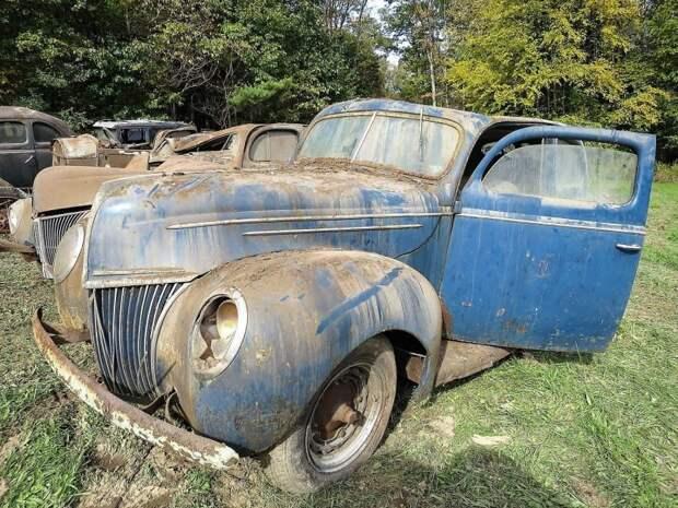 Даже в таком виде Ford Deluxe 1939 года напоминает каким красавцем он когда-то был. Синий цвет кузова — просто прима! авто, джанкярд, коллекция, коллекция автомобилей, олдтаймер, ретро авто, свалка автомобилей