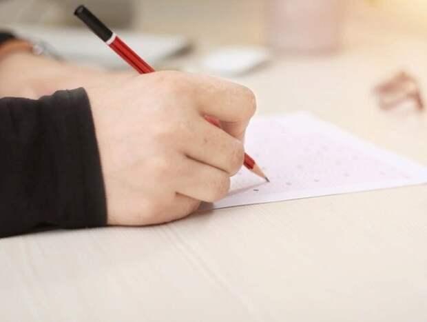 ЕГЭ на 400 баллов сдали двое школьников, а учительница по своему предмету набрала 100