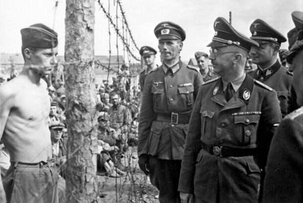 Нацистская делегация во главе с Гиммлером осматривает лагерь для военнопленных.