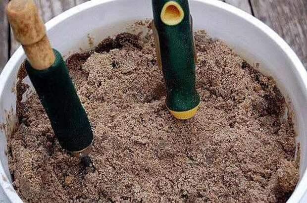 7. Чтобы садовые инструменты не ржавели, храните их в песке сад, советы, хитрость