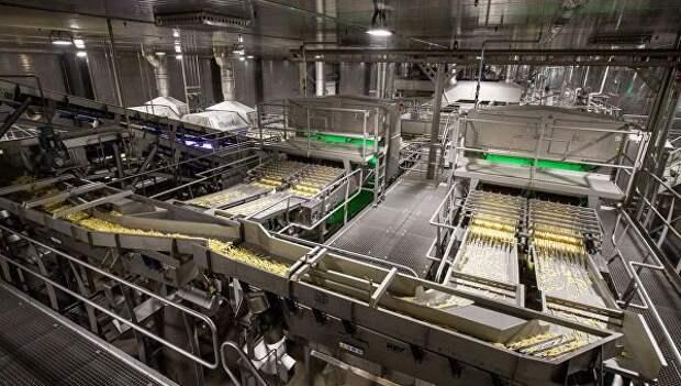 Нарезанный ломтиками картофель на технологической линии на заводе по переработке и производству замороженного картофеля ГК Белая дача в Липецкой области