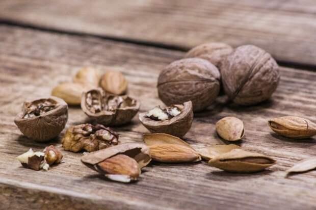 Миндаль и грецкие орехи. \ Фото: pixabay.com.