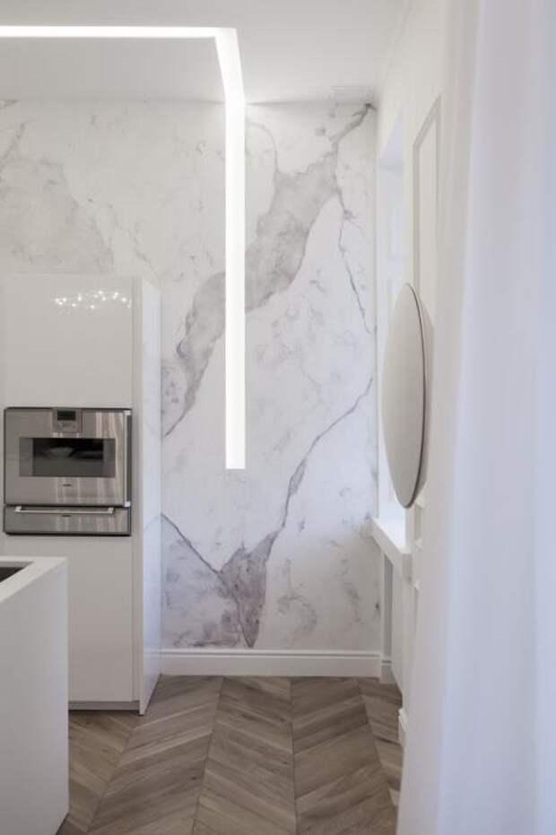 Светильник из французкого гипса Mini blade на фоне стены и на потолке. Светит достаточно ярко и может использоваться как основной свет.