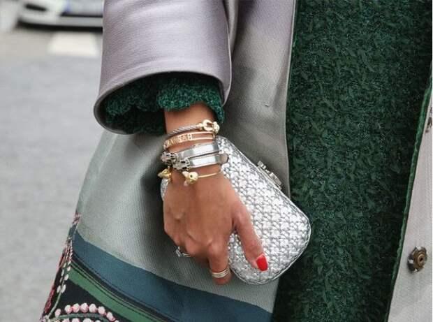 золотые и серебряные браслеты на женской руке