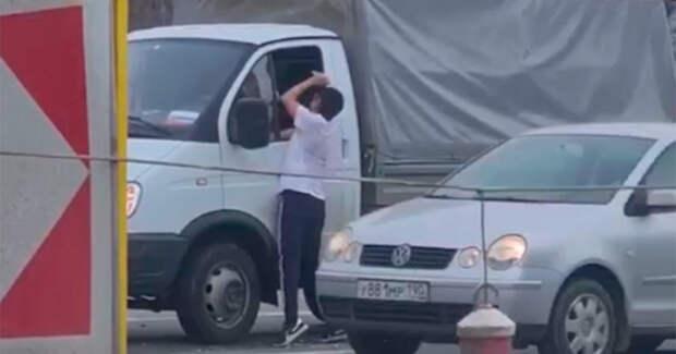 В Москве мужчина с зубилом напал на водителя после ДТП