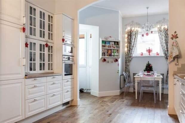 Проходная кухня в коридоре