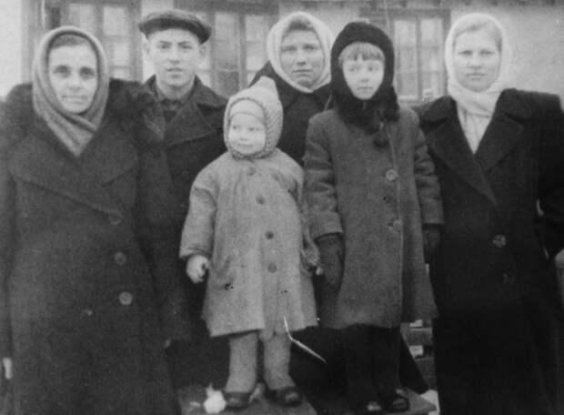 """Истории из семейного архива:""""Никогда незнаешь, скакого боку тебя догонит история рода..."""""""