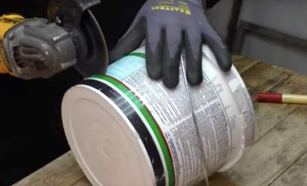 Старое пластиковое ведро: решение проблемы пыли при любой работе