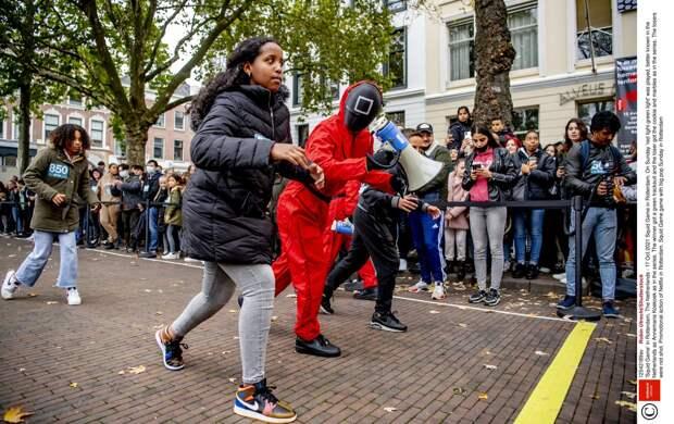 «Игра в кальмара» в Голландии: сотни людей воссоздали соревнование из нашумевшего сериала