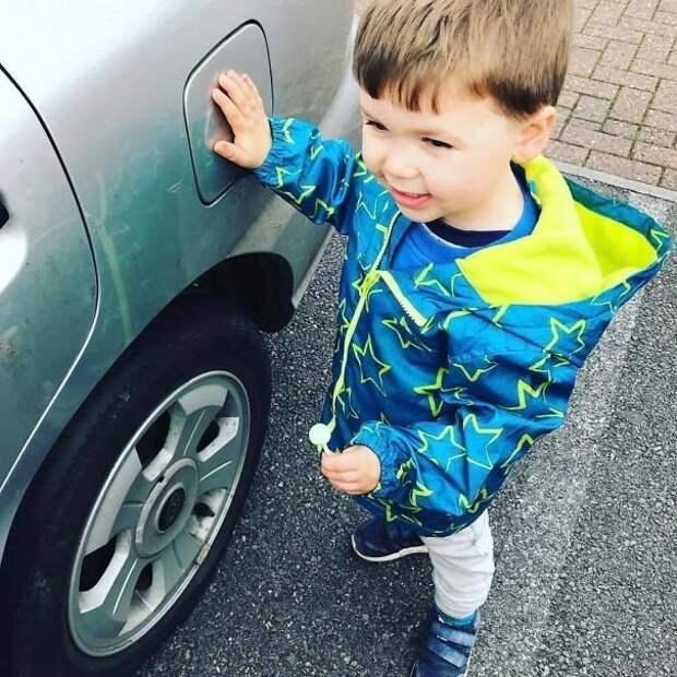 """Если много детей, полезно всех приучить после вылезания из машины к игре """"прикоснись к горячей точке"""" - например, заправочному люку или какой-либо наклейке. Так они не будут разбегаться, пока вы заняты другими детьми Лайфхак, дети, крутые идеи, родители, смешно"""