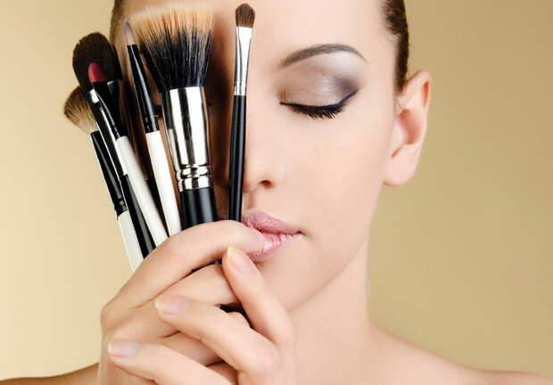Как очистить кисти для макияжа при помощи скотча.