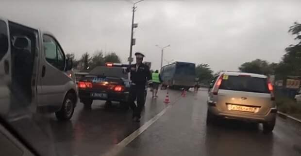 ДТП в Крыму: автобус снёс на переходе автомобиль (ВИДЕО)