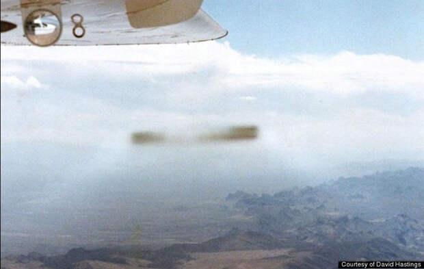 Удлинённый НЛО типа «сигары» специально теряет очертания вблизи самолёта
