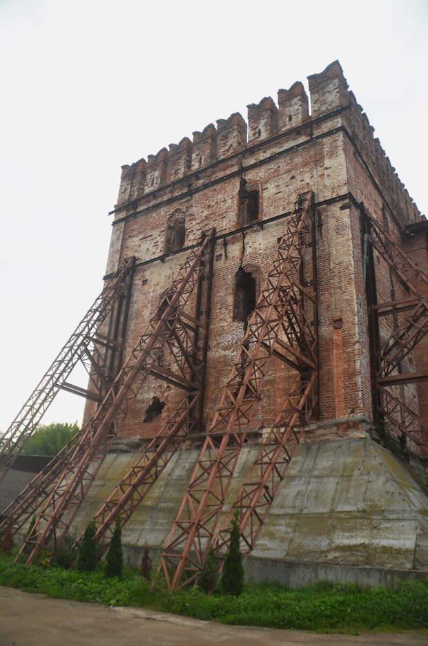 А вот башня Волкова треснула на пополам, вся в опорах.