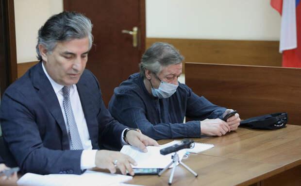 СМИ: Адвокат Пашаев сам навязал свои услуги Михаилу Ефремову