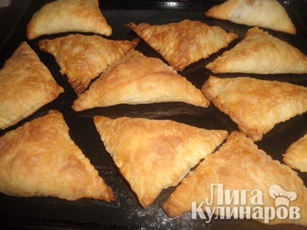 Пирожки из слоеного теста с сайрой