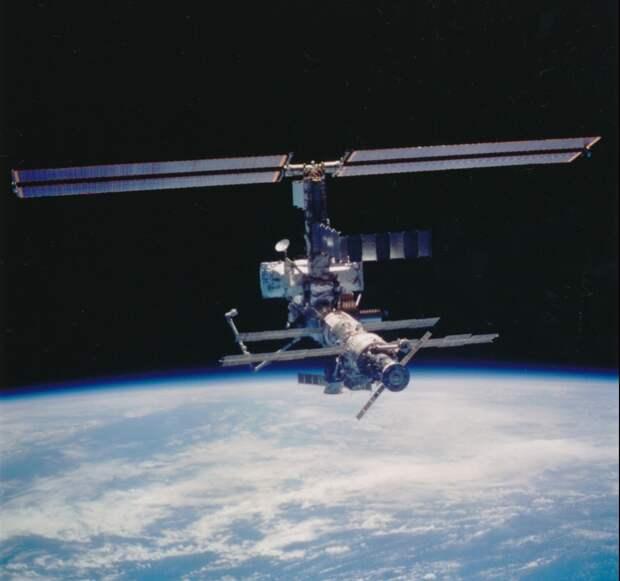 2002. Международная космическая станция и «Шаттл Атлантис» (STS-110). 17 апреля