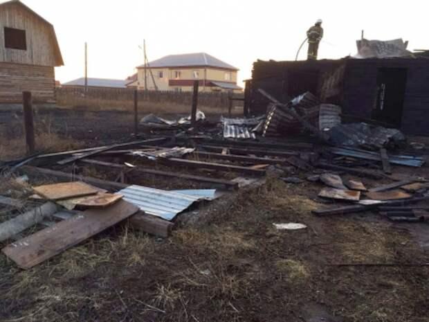 Житель Хакасии спалил дом соседа, пытаясь сжечь траву на своем участке