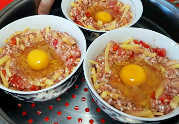 Фарш больше не жарим, а готовим на пару: раскладываем с картошкой и яйцом сразу по порциям
