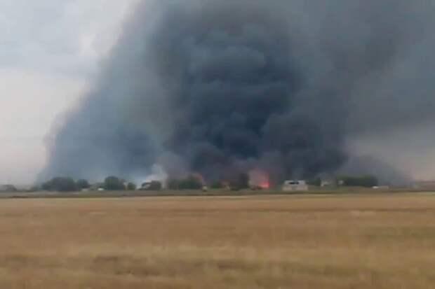 В Волгоградской области пожар перекинулся с поля с зерном на 10 жилых домов