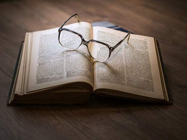 Очки, Книги, Образования