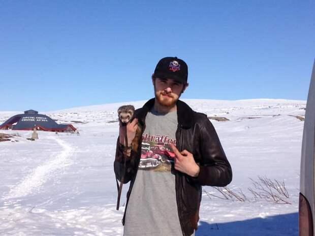После трагической гибели близких парень продал все, чтобы путешествовать по миру с хорьком