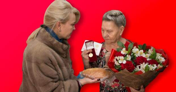 В Керчи чиновницы в шубах подарили блокадникам по батону хлеба