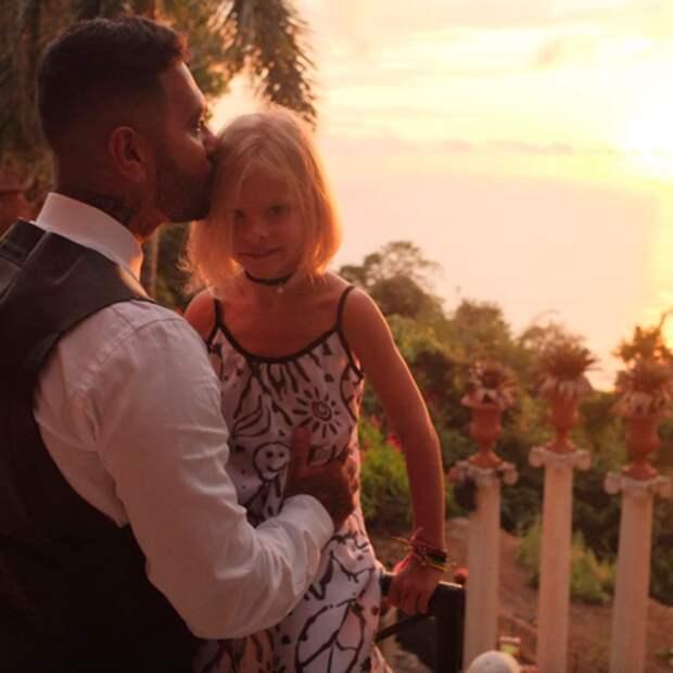 Тимати поздравил Анастасию Решетову с 24-летием и опубликовал новые совместные кадры с сыном