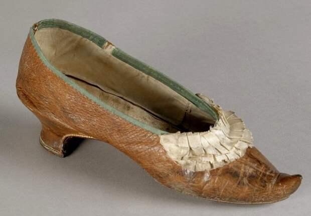 Туфелька, в которой низложенная королева шла на казнь. /Фото: ridiculouslyinteresting.com