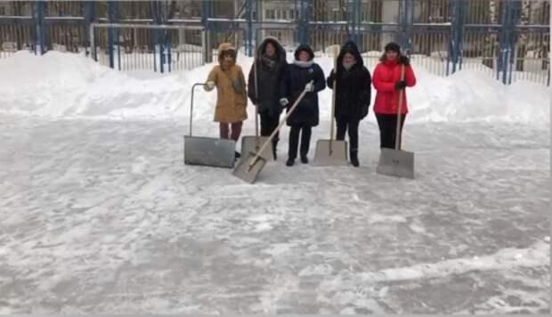 В Лианозове в помощь коммунальщикам провели «Снежный субботник»