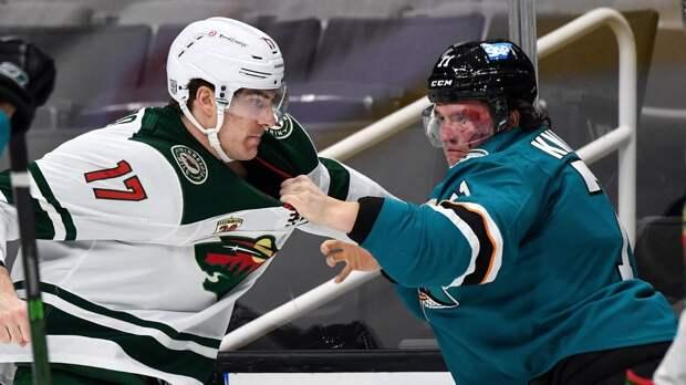 Разбил лицо с двух ударов. Русская драка в НХЛ: судьям пришлось спасать Кныжова от 100-килограммового американца