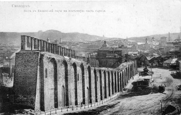 Вот так выглядела крепостная стена в конце XIX века обратите внимание на нижние арки.