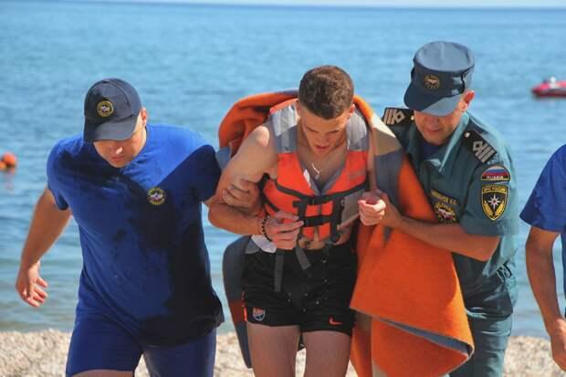 В Евпатории двух серфингистов чуть не унесло в открытое море