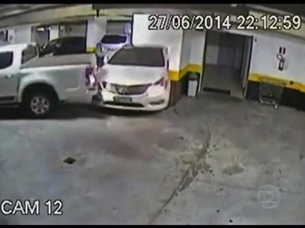 Водитель пикапа в порыве парковочной ярости помял чужой автомобиль (ВИДЕО)