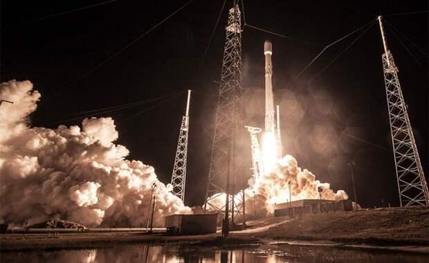 На фото: запуск ракеты Falcon 9 с секретным правительственным спутником Zuma