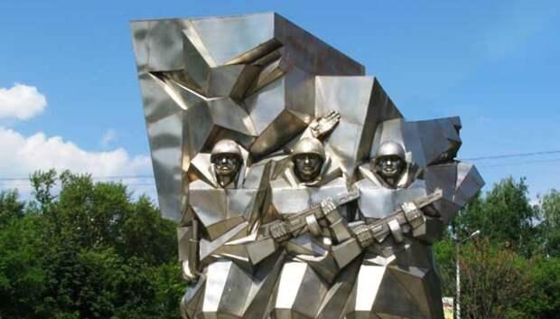 В Подольске возложили цветы к памятнику Подольским курсантам