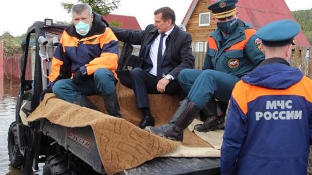 «В кузове был постелен ковёр, с какой именно целью, неизвестно». Мурманский чиновник объяснил происхождение ковра в машине для осмотра зоны паводка
