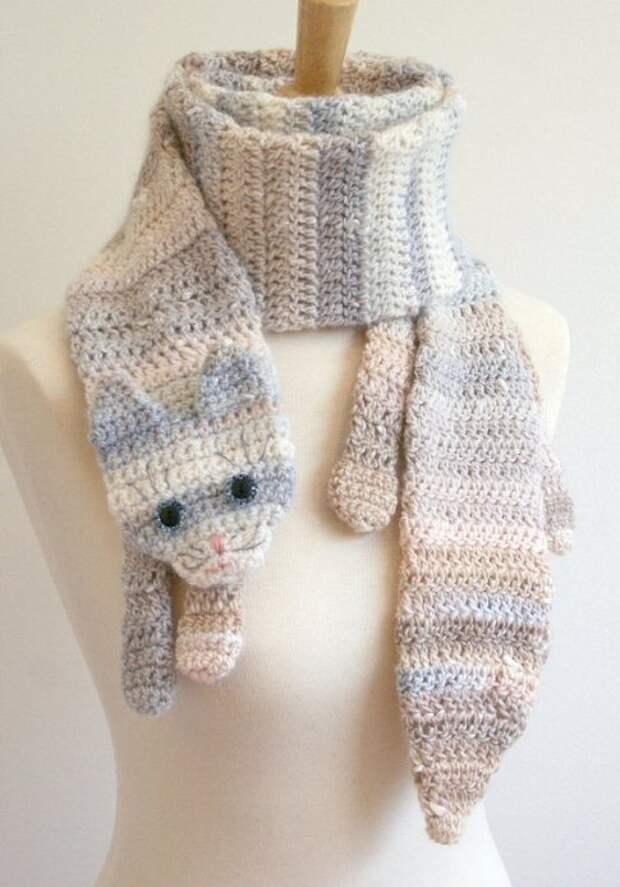 Вязаный полосатый шарф-кот. Фото
