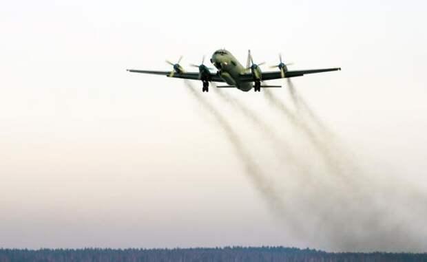 На фото: военный самолет Ил-20 радиоэлектронной разведки