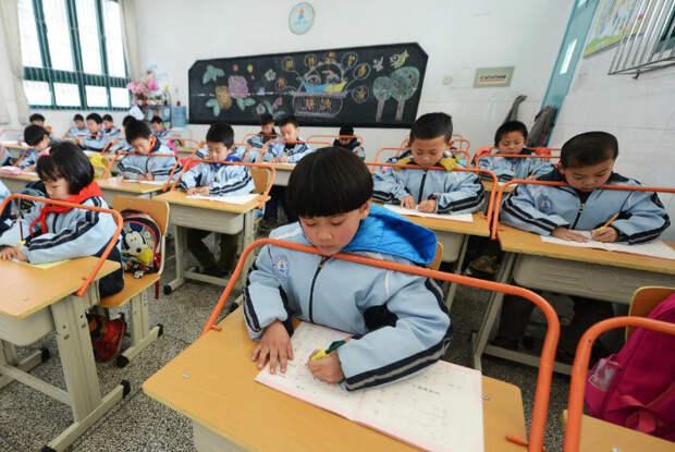 Так формируют осанку в школах Китая