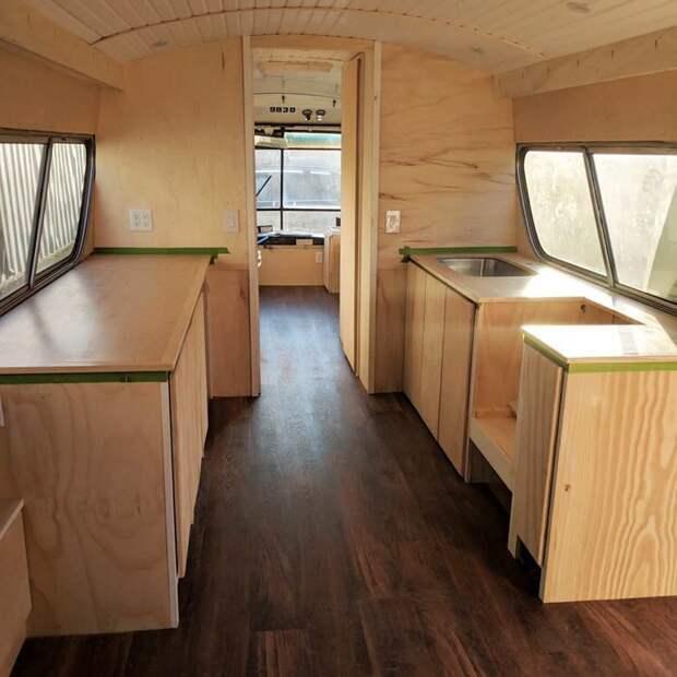 За три года девушка превратила старенький автобус в прекрасный дом на колесах