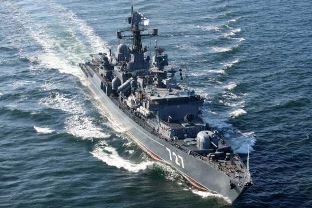Российский сторожевик играет в «кошки-мышки» с американским авианосцем (ВИДЕО)